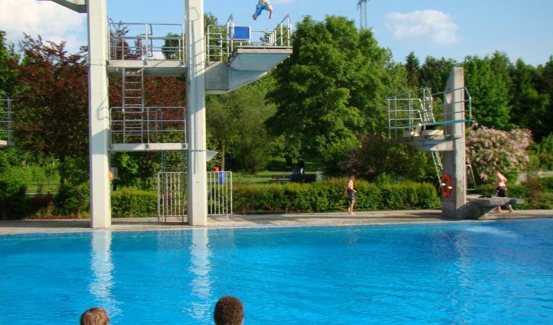 Pullach Schwimmbad auf der liegewiese wird gesurft im germeringer freibad gibt es