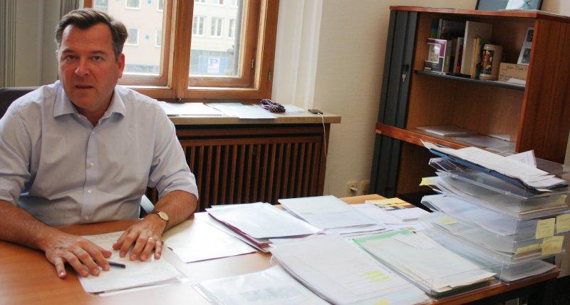 Schreibtisch voller akten  Schreibtisch Voller Akten | saigonford.info